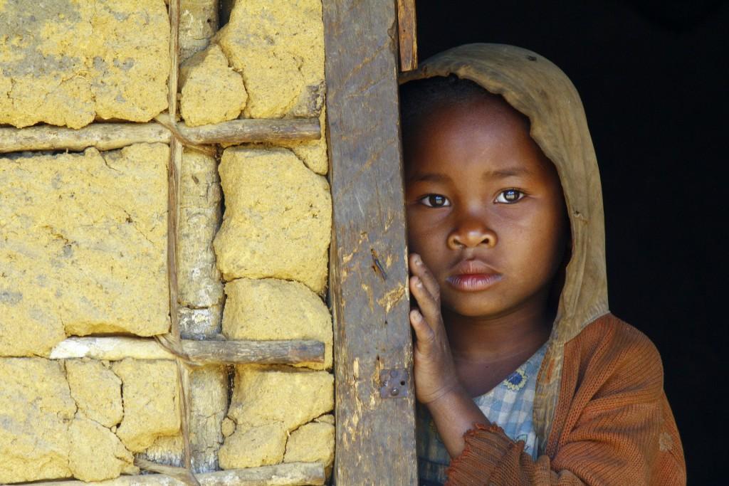 afrikanisches-kind-im-haus